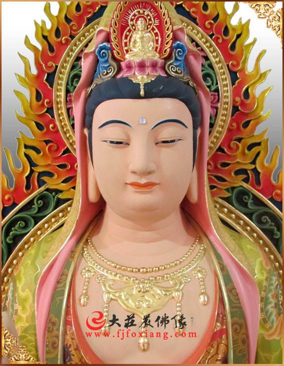 铜像观音菩萨正面近照彩绘描金塑像